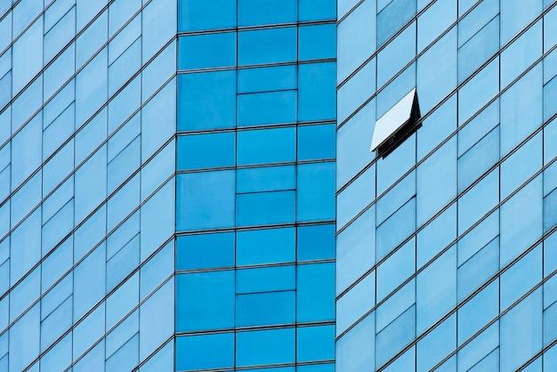 Gros plan d'un immeuble de bureaux moderne bleu