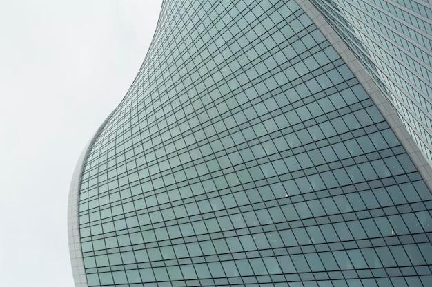 Gros plan d'un immeuble de bureaux moderne de gratte-ciel