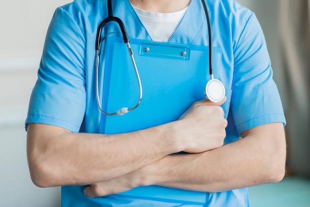 Gros plan, infirmière, tenue, presse-papiers