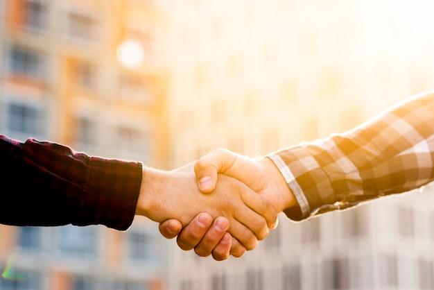 Gros plan d'ingénieur et architecte se serrant la main