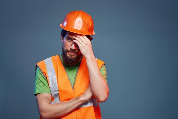 Gros plan d'ingénieur en construction de profession dure d'homme