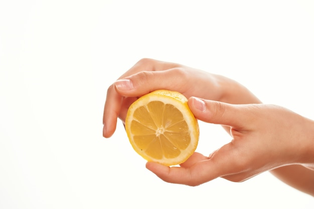 Gros plan d'ingrédients de salade de citron à la main