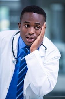 Gros plan, inquiet, docteur
