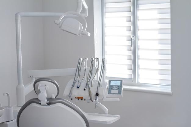 Gros plan d'instruments et d'équipements dentaires