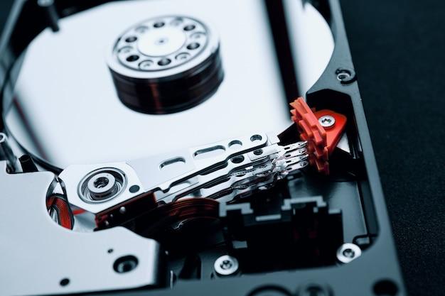 Gros plan à l'intérieur de l'assemblage du disque dur, du bras et des plateaux