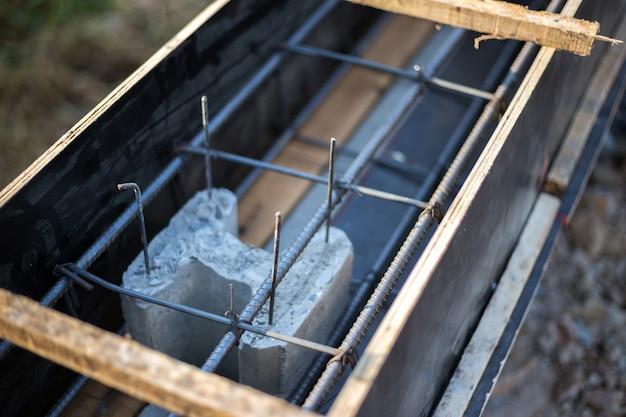 Gros plan à l'intérieur du mur de ciment de construction avec du bois et de l'acier pour une