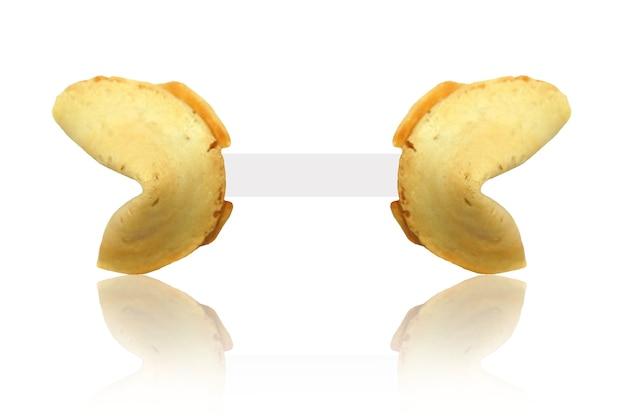 Gros plan isolé d'un biscuit de fortune avec du papier vierge
