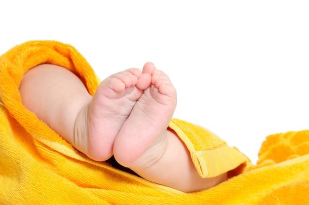 Gros plan des jambes d'un bébé après le bain. le concept de soins pour l'hygiène et la santé de votre enfant