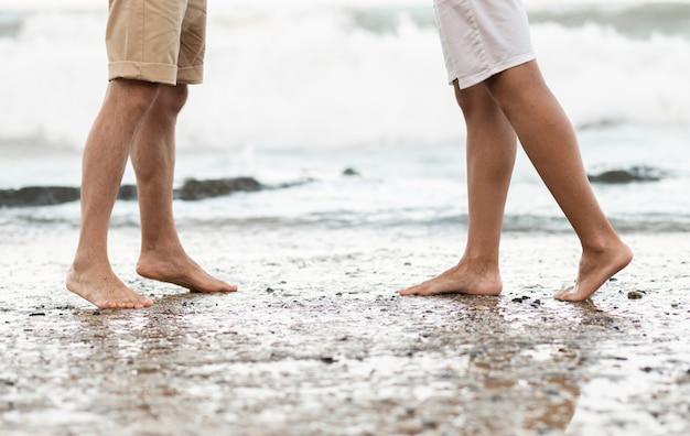 Gros plan jambes debout sur le rivage
