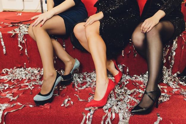 Gros plan des jambes féminines élégantes sur fond.