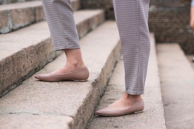 Gros plan des jambes de femme d'affaires marchant sur les marches. concept d'entreprise.