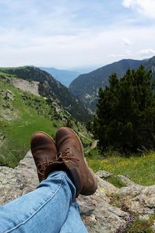 Gros plan de jambes de femme avec une belle vue sur la nature