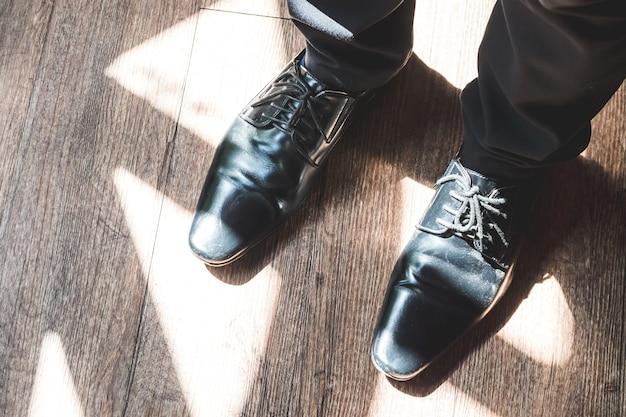 Gros plan des jambes de l'homme dans des chaussures élégantes avec des lacets. concept de mode et de la chaussure