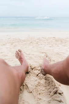 Gros plan, jambes, homme, plage