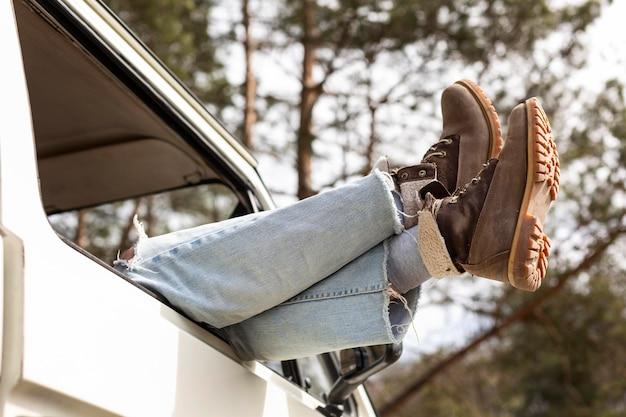Gros plan des jambes portant dans la camionnette