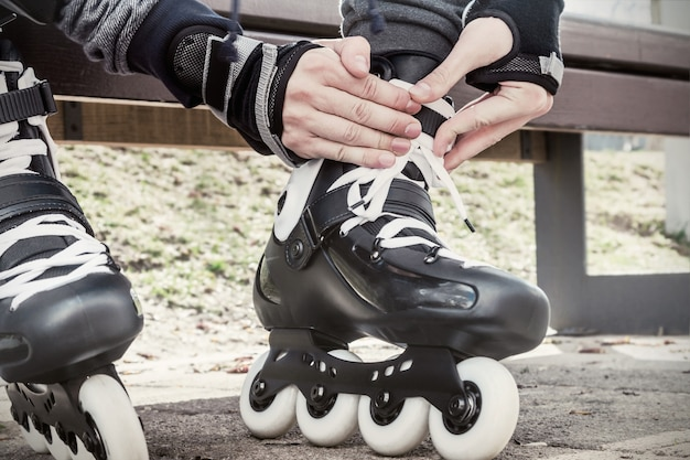 Gros plan, jambes, porter, chaussure patin à roulettes. image tonique