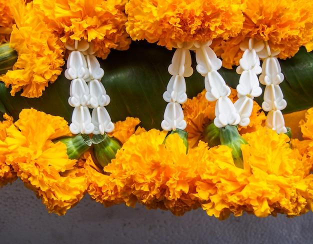 Gros plan jaune guirlandes de fleurs de marigold dans le temple
