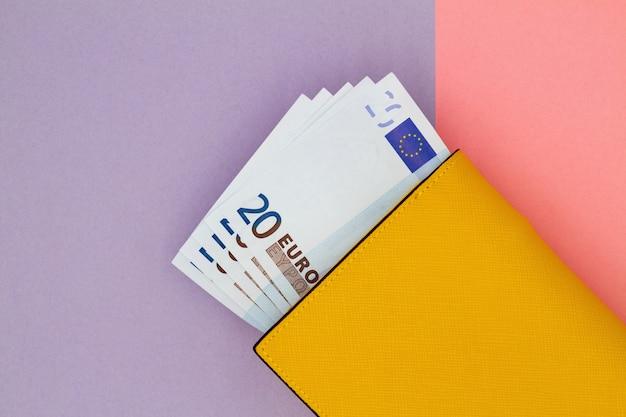 Gros plan, jaune, portefeuille, euro, billets banque, fond, coloré