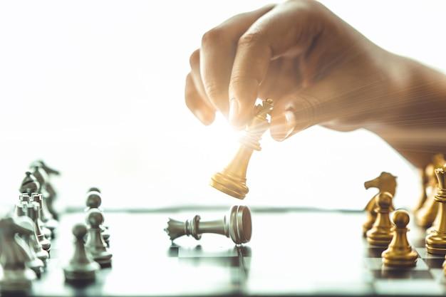 Gros plan sur le jeu d'échecs et échec et mat pour gagner le concept d'entreprise.