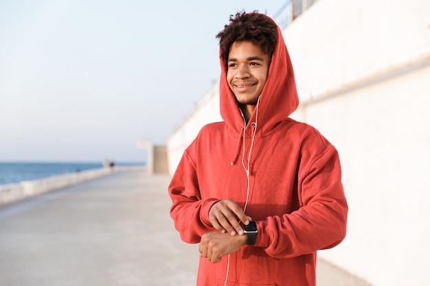 Gros plan d'un jeune adolescent souriant