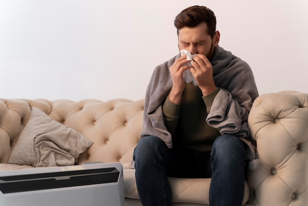 Gros plan sur un jeune adulte malade à la maison