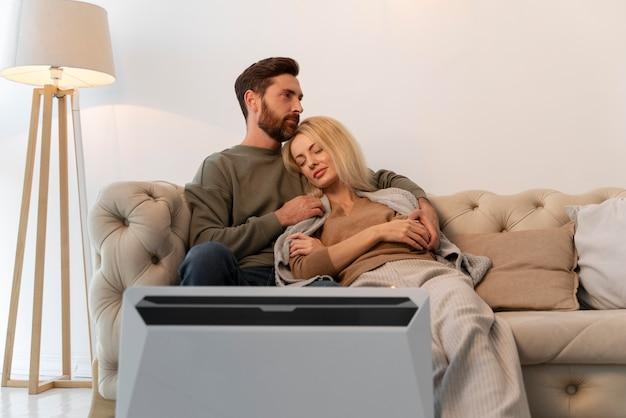 Gros plan sur un jeune adulte profitant du confort de la maison avec chauffage