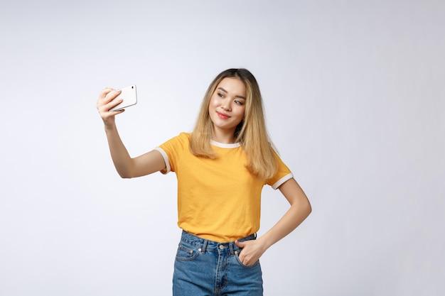 Gros plan, de, jeune, belle asiatique, femme, prendre, selfie
