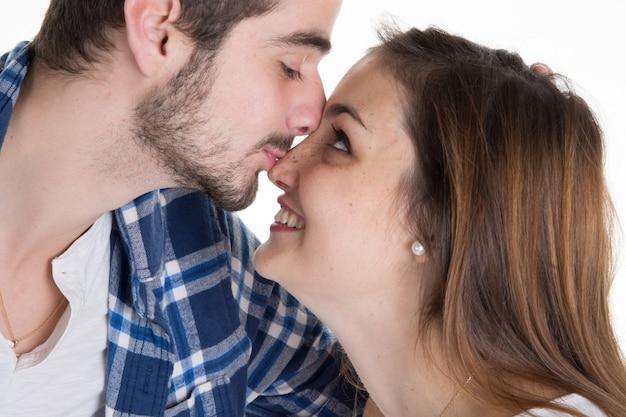 Gros plan d'un jeune couple amoureux et s'embrassant