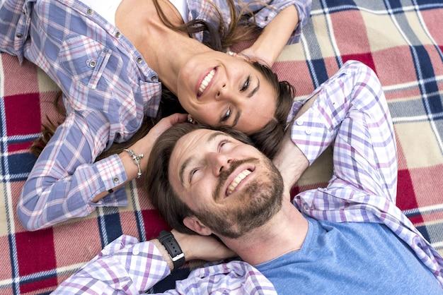 Gros plan d'un jeune couple ayant pique-nique dans un parc