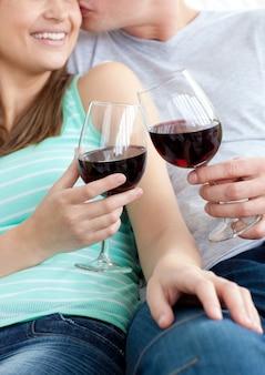 Gros plan, jeune, couple, boire, vin rouge