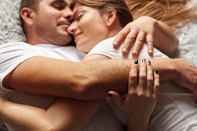 Gros plan, jeune couple, dormir, ensemble