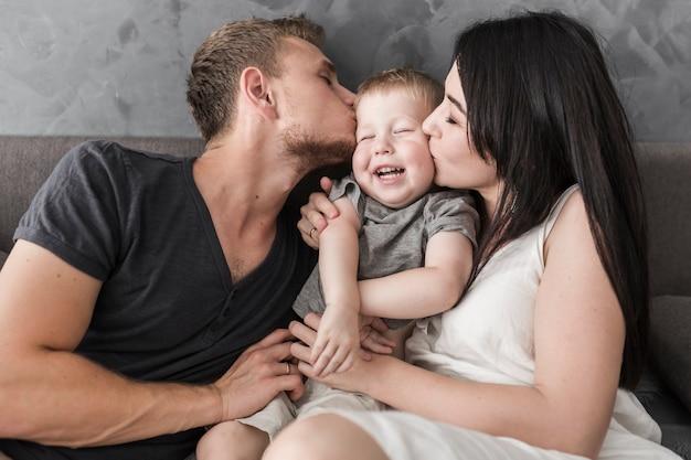 Gros plan, de, jeune couple, embrasser, leur, fils souriant