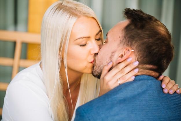 Gros plan, jeune, couple, embrasser