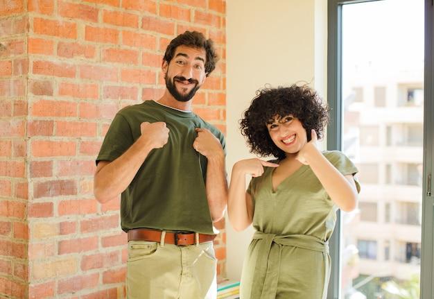 Gros plan sur jeune couple heureux à la maison