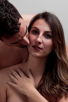 Gros plan jeune couple nu s'embrasser