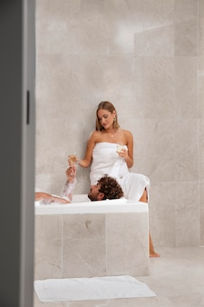 Gros plan sur un jeune couple prenant un bain