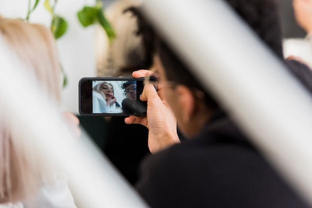Gros plan, de, jeune couple, prendre, selfie, sur, téléphone portable