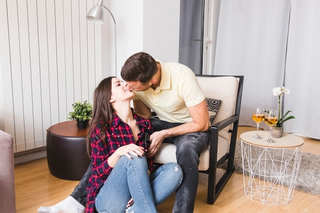 Gros plan, jeune, couple, s'embrasser