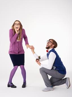 Gros plan sur le jeune couple se fiancer