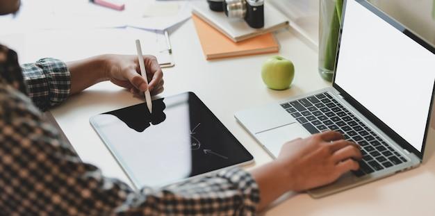 Gros plan, jeune, designer, planifier, son, idée, sur, tablette