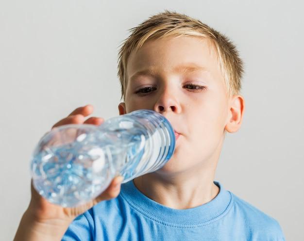 Gros plan, jeune enfant, eau potable