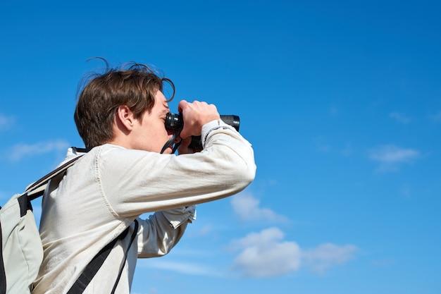 Un gros plan d'un jeune explorateur attrayant d'espagne