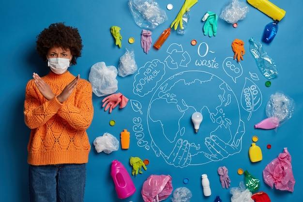 Gros plan sur la jeune femme activiste près de collage de concept d'écologie