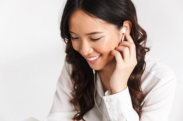 Gros plan d'une jeune femme d'affaires souriante