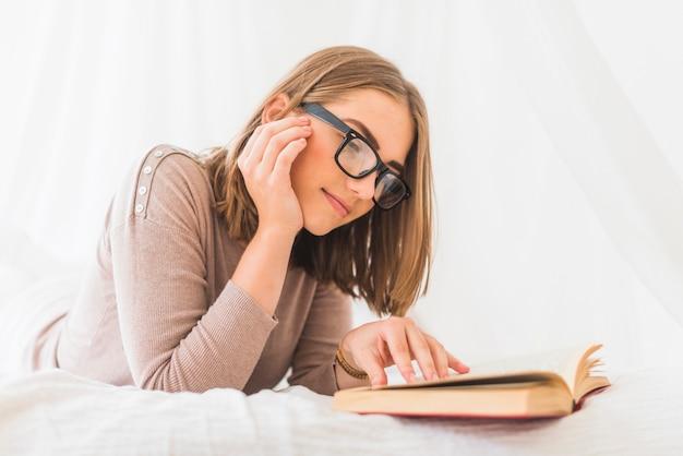 Gros plan, de, jeune femme, apprécier, livre lecture