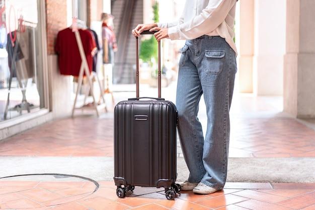 Gros plan, jeune femme, à, bagages