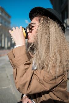 Gros plan, jeune, femme, boire, café