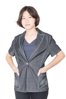 Gros plan jeune femme cheveux courts avec chemise