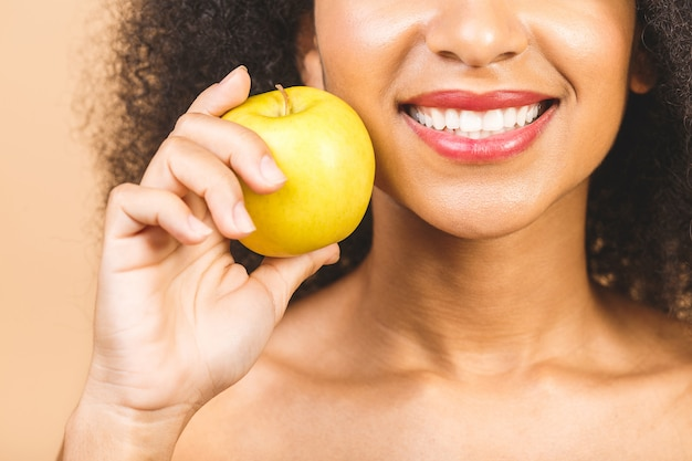Gros plan jeune femme démontrant un sourire à pleines dents sain