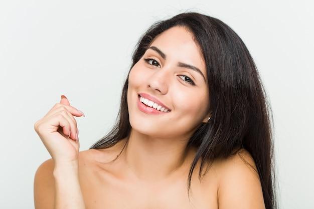 Gros plan d'une jeune femme hispanique belle et naturelle